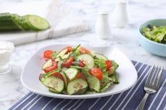 Le plat de la salade v?g?tarienne avec le concombre, la tomate, la laitue et l'oignon a servi images libres de droits