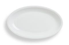 Le plat ovale blanc vide sur le fond blanc, chemin de coupure incluent Photos stock