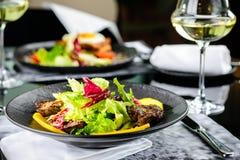Le plat savoureux avec le bifteck de boeuf juteux et la laitue fraîche part à un r photo stock