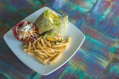 Le plat a servi avec une enveloppe de falafel, une salade végétale, et des pommes frites photos libres de droits