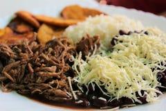 Le plat typique de Vénézuélien a appelé Pabellon, composé de la viande déchiquetée, des haricots noirs, du riz, des tranches frit Photos libres de droits