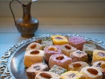 Le plateau argenté complètement des plaisirs turcs gèlent des candys Images stock