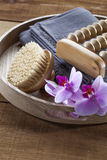 Le plateau avec la brosse et l'orchidée fleurit pour la relaxation et le massage photographie stock libre de droits