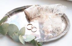 Le plateau avec les anneaux de mariage Image stock