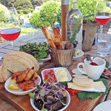 Le plateau de nourriture avec du fromage, le pain, les crevettes roses et le vin rosé a servi  Photo libre de droits