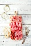 Le plateau du jamon de serrano a traité la viande et la ciabatta Photo stock