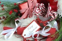 Le plateau en bois de vintage chic minable blanc de Noël a rempli de sucreries de fête Photographie stock libre de droits