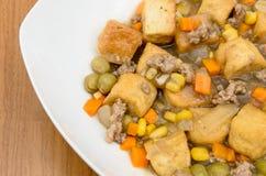 Le plein tofu de saveur avec du maïs, carotte, mange-tout et hachent Images stock