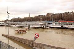Le pletore della Senna, Parigi Francia Le barche volano in cui, impossibilità traversare Fotografia Stock
