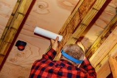 ! Le plombier Fixing a collé le tuyau blanc de toilette en plastique dans le tir en gros plan photographie stock libre de droits