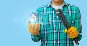 Le plombier montre le modèle de maison photographie stock