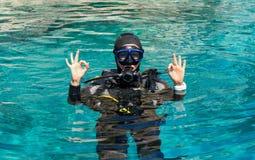 Le plongeur autonome féminin montre le double signe CORRECT photo stock