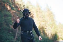 Le plongeur avec des pouces lèvent le geste Photos stock