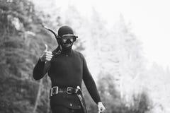 Le plongeur avec des pouces lèvent le geste Photo stock