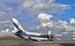 Le plus grand avion de charge Ruslan (An-124-100) du monde dans le chargement Photographie stock libre de droits