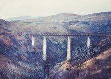 Le plus haut pont de chemin de fer en Europe près de Kolasin croisant le c Photo stock