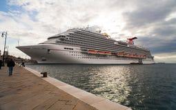 Le plus nouveau bateau de croisière de carnaval Photo libre de droits