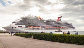 Le plus nouveau bateau de croisière de carnaval Image stock