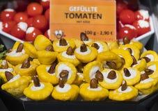 Le plus vieux à Vienne est le marché de Naschmarkt avec des produits des fruits et légumes alcooliques Images stock