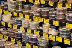 Le plus vieux à Vienne est le marché de Naschmarkt avec des produits des fruits et légumes alcooliques Images libres de droits