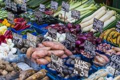 Le plus vieux à Vienne est le marché de Naschmarkt avec des produits des fruits et légumes alcooliques Photos stock