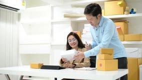 Le PMI dell'imprenditore di piccola impresa freelance scatola funzionante del gruppo della donna asiatica dell'uomo per la conseg stock footage