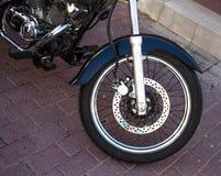 Le pneu avant d'une moto faite sur commande garée Images stock
