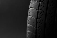 Le pneu de véhicule a isolé Photos stock