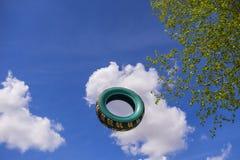 Le pneu de voiture de vol Images libres de droits