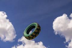 Le pneu de voiture de vol Photographie stock libre de droits