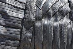 Le pneu des véhicules à moteur découpé en tranches marche le fond Images stock