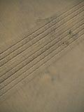 Le pneu marche la piste en sable Photographie stock