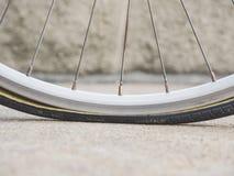 Le pneu plat, roue de bicyclette partie le service Photographie stock