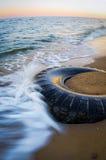Le pneu sur la plage images libres de droits