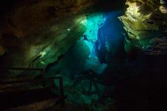 Le Poço Azul est l'une des attractions touristiques principales du Chapada Diamantina image stock