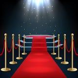 Le podium avec le tapis rouge et la barrière rope dans la lueur des projecteurs Photo stock