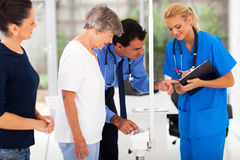 Le poids du patient de docteur images libres de droits