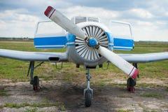 Le poids léger folâtre des coûts d'avions en été à l'aérodrome Photos stock