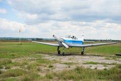 Le poids léger folâtre des coûts d'avions en été à l'aérodrome photo libre de droits