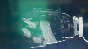 Le poing d'une main bionique serre clips vidéos