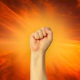 Le poing serré a tenu la haute dans la protestation Photo libre de droits