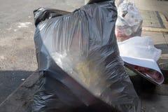 Le point d'élimination des déchets, avec l'abondance des déchets dans les sacs et n'est pas dans le sac Images libres de droits