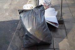 Le point d'élimination des déchets, avec l'abondance des déchets dans les sacs et n'est pas dans le sac Photos stock