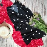 Le point de polka noir et rouge s'habille sur un fond en bois photo stock