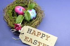 Le point de polka rose et bleu eggs avec le bourgeon rose dans le nid Image libre de droits