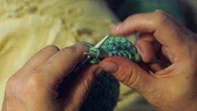 Le point de vue des doigts femelles tricotent une fin d'écharpe  clips vidéos
