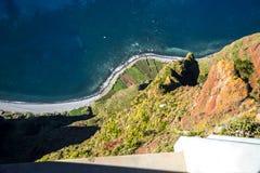 Le point de vue parqueté en verre chez Cabo Girao près de Camara de Lobos sur l'île de la Madère Image stock