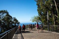 Le point de vue parqueté en verre chez Cabo Girao près de Camara de Lobos sur l'île de la Madère Images libres de droits