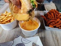 Le point Sydney d'hamburger, là n'est aucune une telle chose comme trop de fromage photographie stock libre de droits