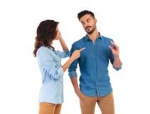 Le pointage et l'homme de femme fait le geste de bla de bla de bla Image stock